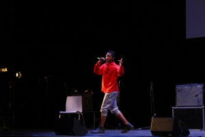 "Joseph Nyamoga als ""Jonny Black"" beim Song-Kontest des Projekts ""Jugend stärken"""