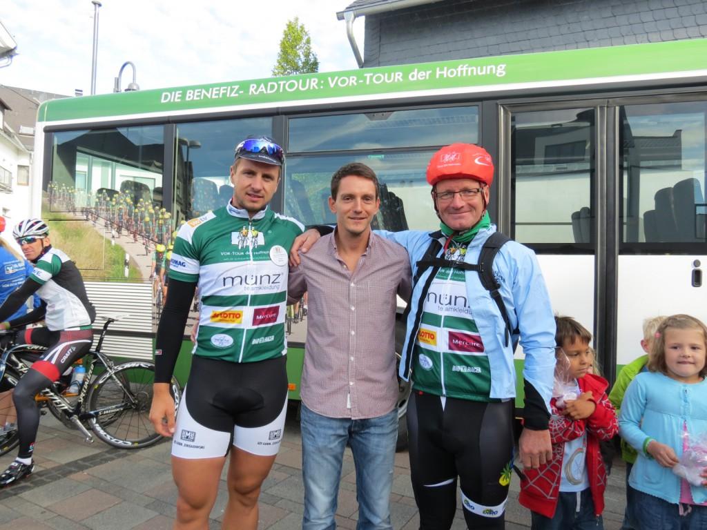Vortour-Radler gratulieren Albert Göhring zur gelungenen Spendenaktion