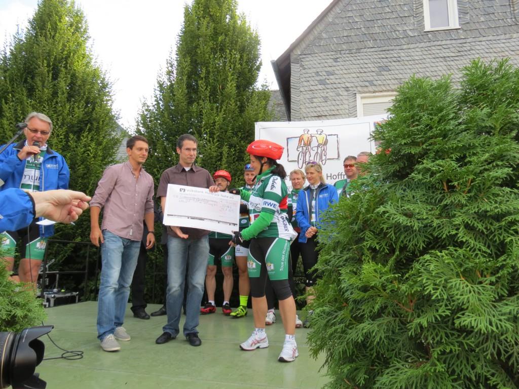 Albert Göhring und Kay Baumgarten überreichen als Vertreter der Sohrener Paul-Schneider-Schule den Spenden-Scheck an Olympiasiegerin Anna Dogonadze.