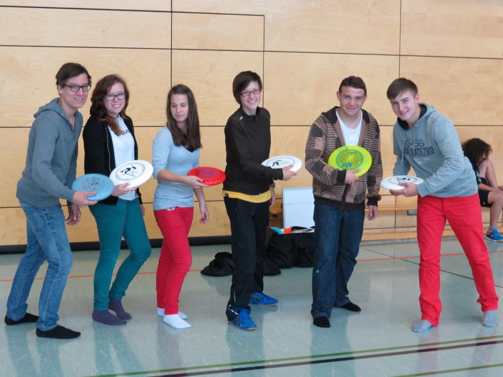 Jennifer Schulmerich (Mitte) stiftet der Schule Frisbeescheiben und motiviert ganz nebenbei viele Schüler für einen neuen Mannschaftssport: Ultimate Frisbee.