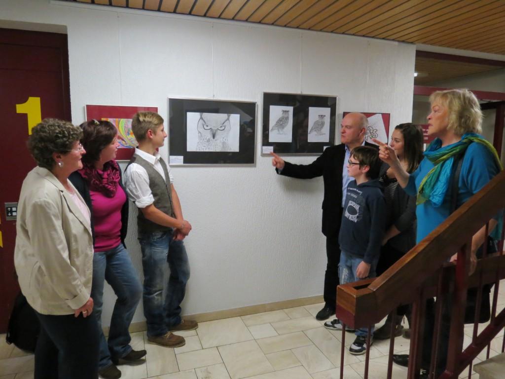 Die Rathausausstellung in Kirchberg regt zur Diskussion an: Gemeinsam mit Bürgermeister Harald Rosenbaum (Mitte rechts) besprechen die Ausstellungsmacher Jutta Christ (1. v. links) Renate Kirst (2. v. links) und Christiane Heidberg (rechts) mit Eltern und Schülern die Werke der jungen Künstler.