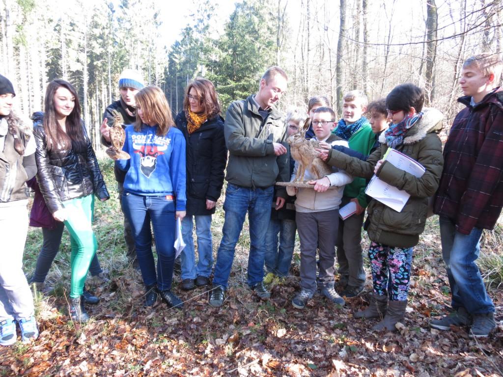 """""""Walderlebnis-Schule"""": Das Projekt der Lerngruppe 7 führte die Schüler nach draußen. Auch im Winter ist der benachbarte Wald der Schule ein Biotop und bietet Anlass für ausgedehnte Erkundungen. Das Klassenzimmer ist die Natur, gemeinsam mit dem Forstamt Idarwald wird der Unterricht anschaulich gestaltet."""