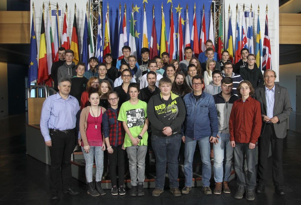 Stolz und beeindruckt vom Europa-Parlament in Straßburg zeigten sich die Schüler der Paul-Schneider-Schule und der KGS beim Besuch bei Norbert Neuser, MdEP (1. Reihe, rechts). Ein Gruppenfoto vor den 28 Flaggen der Mitglieder der Europäischen Union war daher ein Muss.