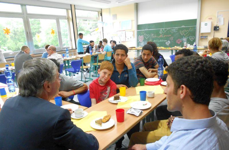 """""""Auf Neudeutsch heißt das Meet and Greet"""", Eberhard Noll (links) von der IHK tauscht sich beim interkulturellen Frühstück an der Paul-Schneider-Schule mit Schülern des SVK aus und lernt so potentielle künftige Fachkräfte für die Region kennen."""