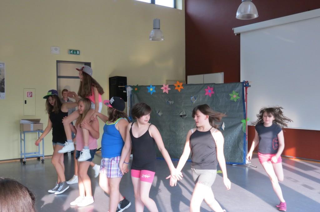 Von ihrer sportlich-musikalischen Seite zeigten sich die Schülerinnen der Tanz AG anlässlich der Willkommensfeier für die neue Lerngruppe 5. Zugleich war es der erste öffentliche Auftritt der AG, die fast ganz ohne Hilfe von Lehrern oder Betreuern eigenverantwortlich ihre Auftritte erarbeitet.