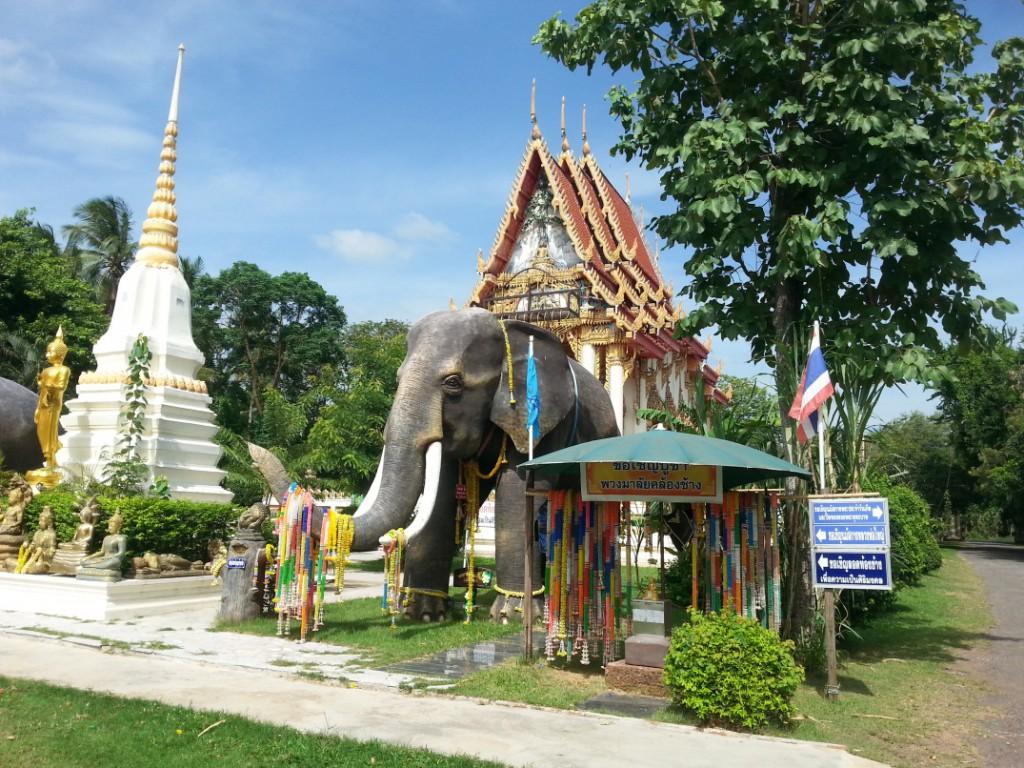 Tempel in meinem Dorf.(das ist kein echter Elefant :D)