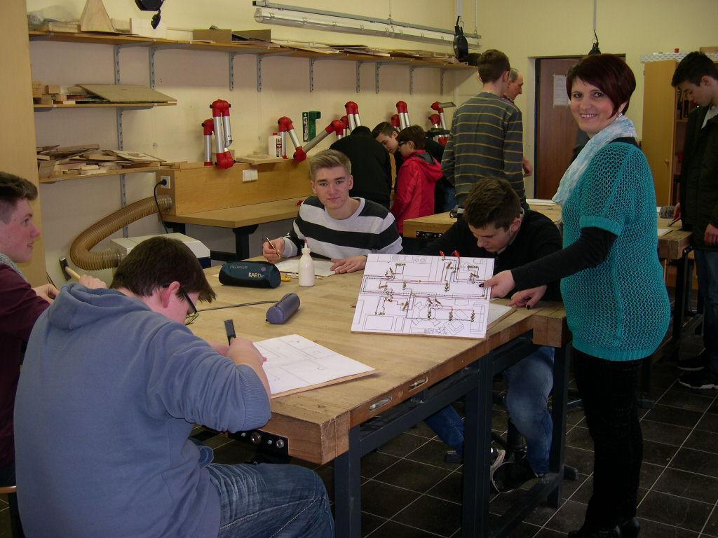 Elena Schmitgal (rechts) und ihre Technik-Freaks zeigen angewandtes Wissen im Unterricht: die selbstgebauten Architektur-Modelle der Schüler werden mit einem funktionierendem Energiesystem en Miniature ausgestattet.