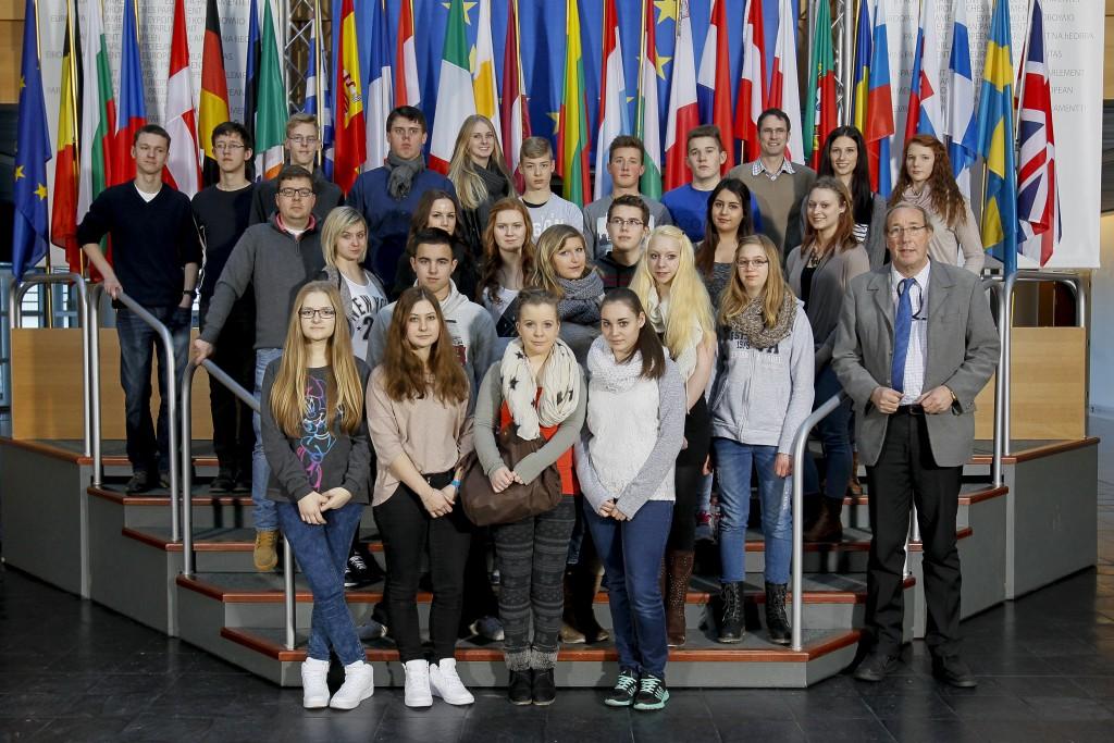 LG 10 und die FOS-Oberstufe besuchen Nordert Neuser MdEP in Straßburg im Europa-Parlament