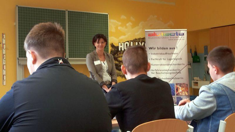 Beispielhaft für die vielen andere Angebote des Karrieretags: Sandra Fuchs-Conrad von Alutecta in Kirchberg stellt das Unternehmen vor und erläutert der ausgewählten Schülerschaft der Paul-Schneider-Schule die Karriereaussichten im Unternehmen.