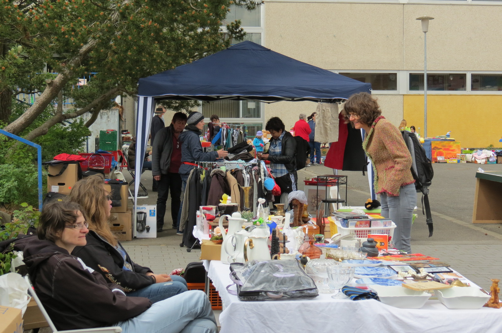Neuankömmlinge billigsten Verkauf modischer Stil KoA-Flohmarkt lud zur Schnäppchenjagd in der Paul-Schneider ...