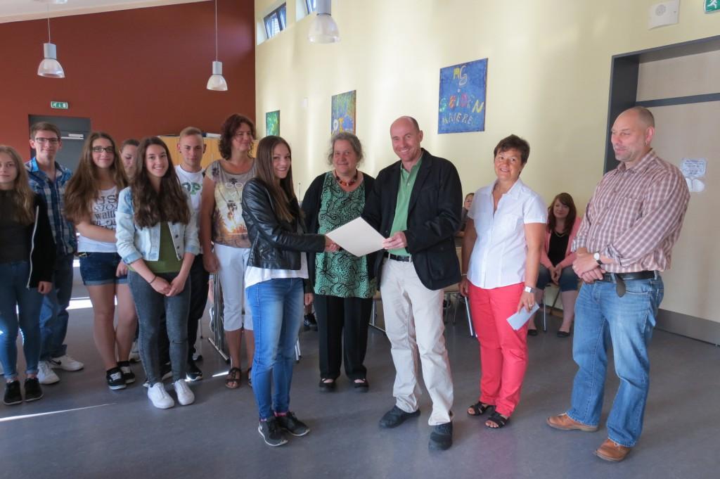 Láslzló Gilányi und Andrea Hofrath (3. und 2. von rechts) sowie ihre Mutter (Mitte) gratulieren Chana Koradin als Preisträgerin für ihr selbstloses und großherziges Engagement in der Schulgemeinschaft der Paul-Schneider-Schule.