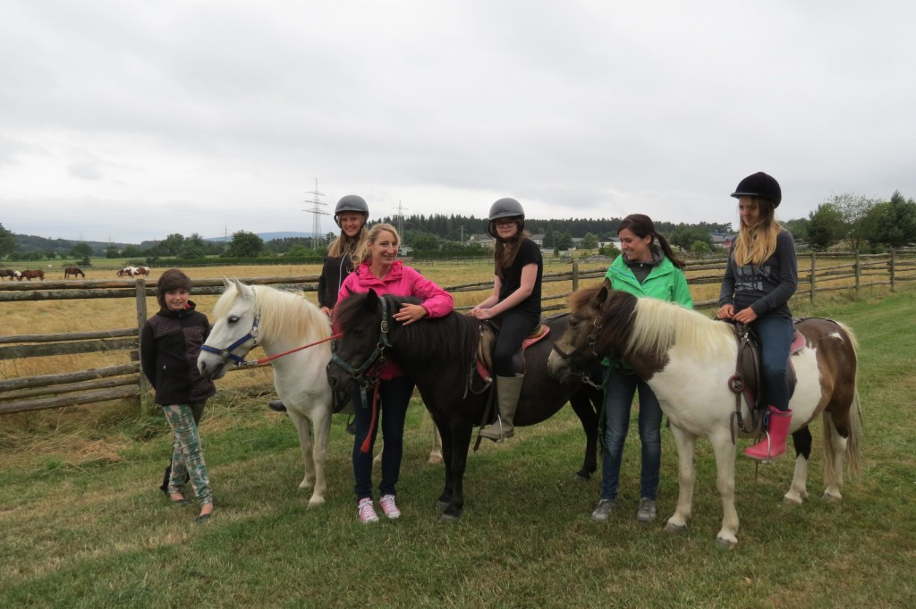 Beim Reit-Projekt der Paul-Schneider-Schule merken die Schüler gar nicht, dass hier für die Schule und ihr Leben gelernt wird. Das gemeinsame Erleben mit den Pferden am außerschulischen Lernort erweckt ganz neue Motivation für das Lernen.