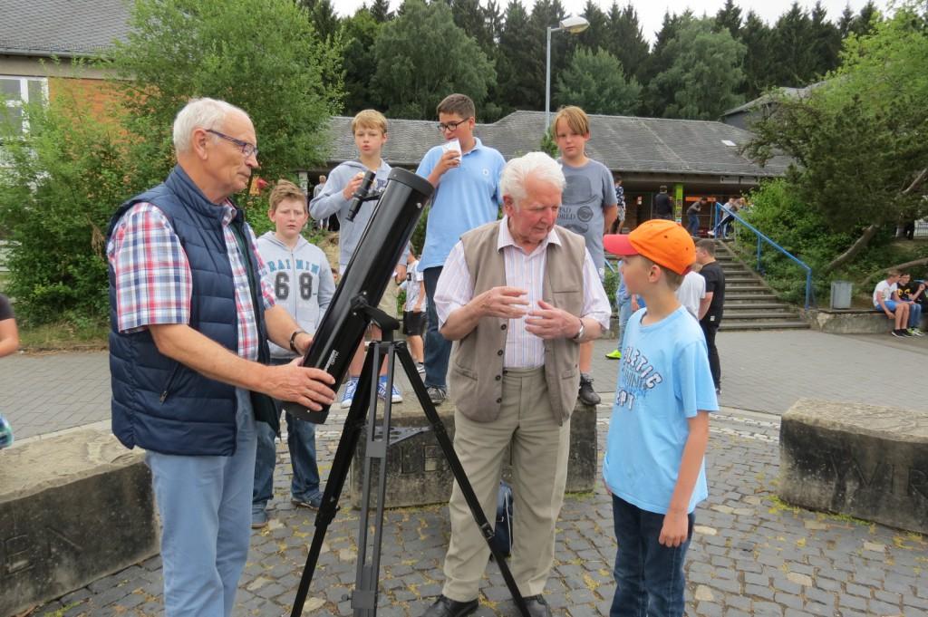 Da staunen die ersten Schüler und beginnen sich für die Astronomie zu begeistern. Norbert Justen (rechts) aus Irmenach übergibt ein Teleskop an den Fördervereinsvorsitzenden Ingo Noack (links) bzw. der Paul-Schneider-Schule.