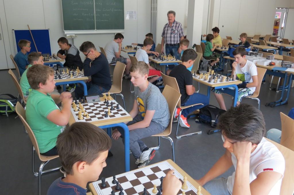 Konzentration, Ruhe aber auch Spaß am Spiel – trotz der ungewohnten Wettkampfbedingung – zeichneten die Atmosphäre beim Schachturnier der Paul-Schneider-Schule und der Kooperativen Gesamtschule in Kirchberg aus.