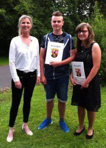 FOS-Koordinatorin Claudia Moser zeichnet Alena Berg und Silas Kraft für besondere Leistungen aus.